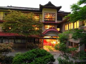 豊かな緑に囲まれた外観。木造三階建て「総けやき」造りの貴重な建築。「日本温泉遺産を守る会」認定。