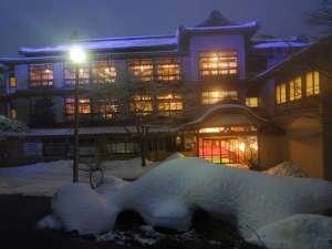 初冬、夕暮れの正面玄関