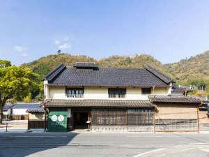 竹田城跡の麓、400年佇む老舗酒造場。あえてそのままにリノベートし、趣あるわずか13室の古民家宿に。