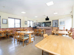 明るくて居心地のいい食堂で朝のコーヒーを楽しみながら一息できます!