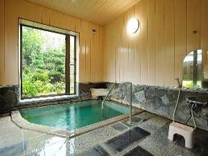 開放感たっぷりの大きな窓から庭園を眺められる浴室