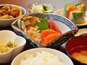 【夕食】おかずは数品を提供いたします。