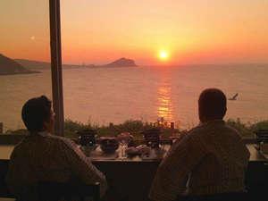 *オーシャンビューのお食事処。夕陽が沈む姿を眺めながらお食事をお楽しみ下さい。