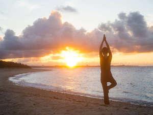 【よんなー深呼吸】風と波音を感じて体が目覚める、朝の島時間です。