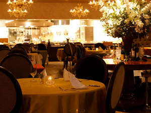 レストランアルペジオ/開放感溢れるオープンキッチンと格調高いインテリア配し、美食を彩る特別な空間に