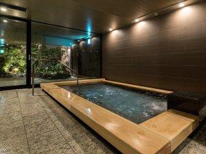 【大浴場】湯船につかりながら、庭園をご覧いただけます