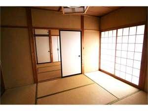 居間・寝室で5名の宿泊ができます