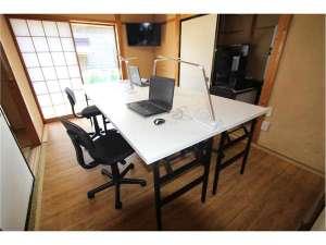 リモートワークができるようにウッドカーペットに机と椅子を準備