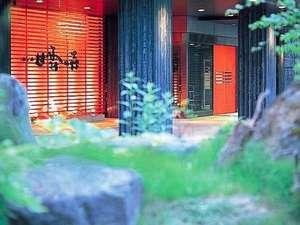 ニセコの森に抱かれた温泉郷。鮮やかな赤の扉が印象的