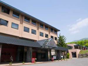 澄んだ青空とニセコの大自然に囲まれたホテル甘露の森