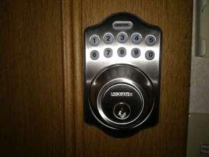 セルフチェックイン用のお部屋の鍵です。暗証番号を押すと鍵が開きます。