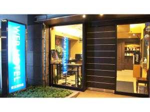 WEBHOTELの正面入口です。100円自販機設置、自販機横に喫煙所有ります。