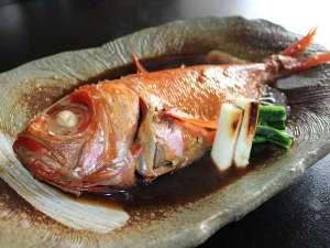 「伊豆生地金目鯛」を贅沢に姿煮でご提供。※ご宿泊人数にて1尾~2尾のご提供となります。