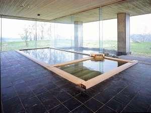 【温泉 山泉】日本情緒溢れる数寄屋造りの温泉。湯煙越しに窓の外の庭園を眺めることができます。