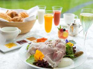 【ご朝食◇ギリガンズアイランド】〔イメージ〕 スパークリングワインに生ハムなど、優雅な朝食を堪能。
