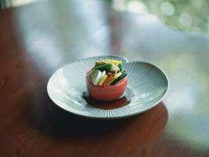 自家菜園や地元の採れたて野菜が主役の「嬉し、里山料理」