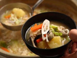 【朝食のタラ汁】虎杖浜産のスケソウダラを使用(季節により具材の変更有)