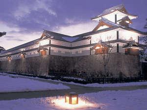 雪の金沢城。ライトアップされ、幻想的な雰囲気です。
