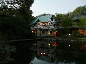 特別客室【おばな1階】【日の出2階】外観。大谷石を外壁に使用した、庭や池に面した立地。