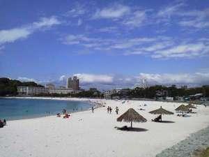青い海と白い砂浜がとても綺麗!!歩いて行けます♪