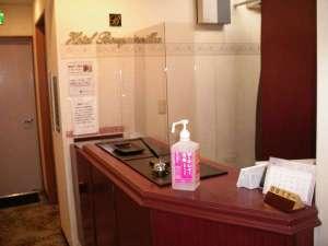 フロントには、アクリル板を設置し、飛沫感染予防に取り組んでおります。