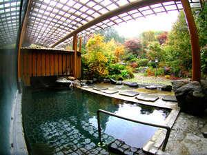 広々とした庭園露天風呂をひとりじめ。
