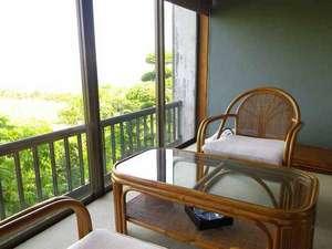 *窓の外には霞ヶ浦が広がります。