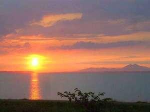 *霞ヶ浦に沈む紅い夕日をご覧いただけます。