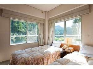 2面の窓に熊野のみどりが広がるツイン