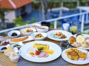 テラス席が人気の朝食ブッフェは約60種類以上!