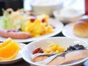 【1F桑の実】朝食バイキング  一日の始まりはおいしい朝食から♪和・洋どちらもお召し上がりいただけます