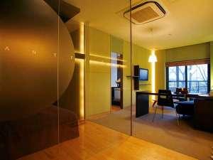 ゆったりとしたデラックスツインルーム(45平米)。シックでモダンなデザインです。