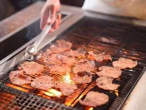 炭火で名物の牛タンを焼きたてでお召し上がり頂けます。
