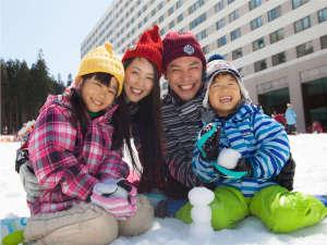 【冬・ホテル外観】ゲレンデが目の前☆ご家族みんなで楽しめる『ゆきゆきランド』は冬は毎日開催♪