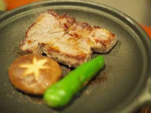 レストラン「六つ葵」にて、六つ葵御膳でお選びいただけるステーキで舌鼓。