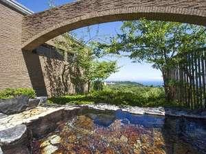 源泉かけ流しの露天風呂併設。ゆったり自然に包まれたリゾートステイを