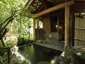 木洩れ日に包まれてゆっくりと湯浴みを・・・。貸切露天「木もれびの湯」