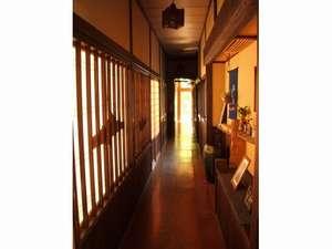 館内は木造です。夏涼しく、冬場も全館暖房ですのでのんびり過ごしていただけます