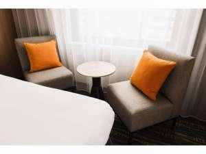 【客室】スーペリアツイン おくつろぎいただけるよう、ティーテーブルとソファをご用意しております。