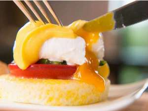 当ホテル自慢の朝食『エッグベネディクト』は洋食で登場!