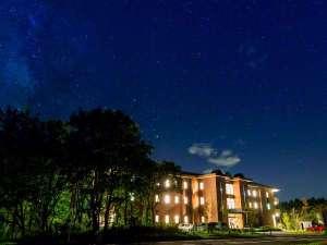 満点の星空に佇むホテル
