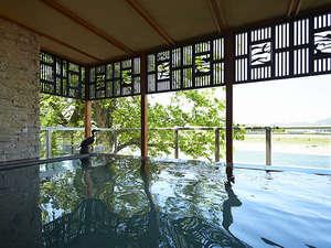 1【川の瀬】露天風呂。 随所に配置された鵜飼モチーフ