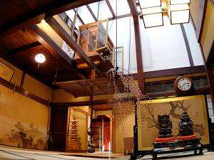 明治時代築の招月楼。歴史的重厚感とぬくもりを感じる佇まい。
