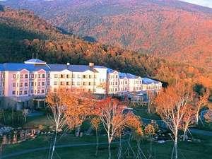 【秋】真っ赤な紅葉に包まれるホテル