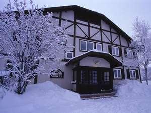 【初雪の頃】ペンションもパウダースノーに埋もれます