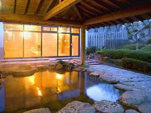 【露天風呂】自然が織り成す景観を眺めながらゆっくりと湯船に浸かる贅沢。