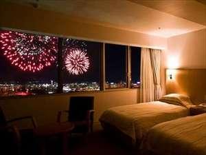 大きな窓が自慢のツインデラックスルームは、町のネオンや港が見られ、お部屋からも夜景がお楽しみ頂けます