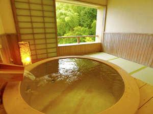 【展望檜風呂付き和室】最大の特徴は全国でも珍しい「畳敷きの温泉」。独特の香りと肌触りが魅力の檜風呂。