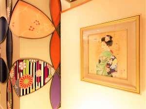<ロビー>絵画など和の装飾が心地よいスペース