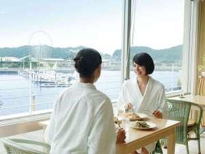 目の前に広がる海を眺めながら、バスローブのままお食事も可能です